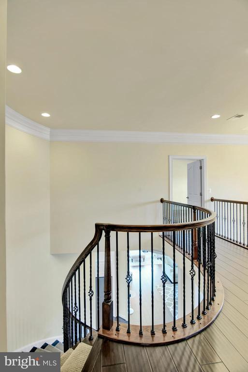 Curved oak staircase with rod iron spindles - 21 GLENVIEW CT, STAFFORD