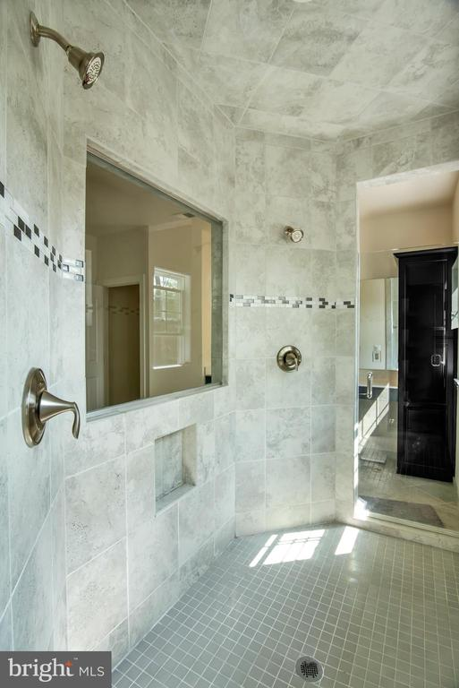 Dual Shower with two frame less glass doors - 21 GLENVIEW CT, STAFFORD