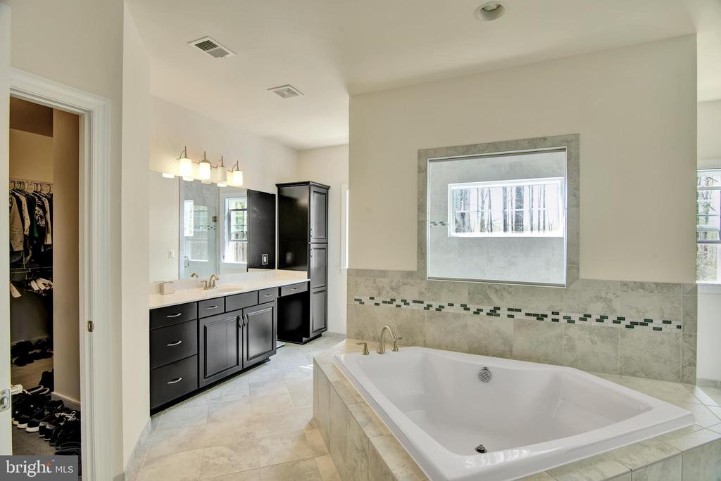Master Suite diamond shaped soak tub - 21 GLENVIEW CT, STAFFORD