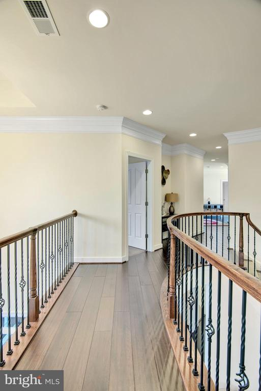 Cat walk above the elegant front foyer entrance - 21 GLENVIEW CT, STAFFORD