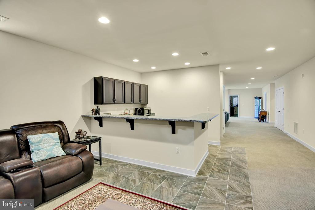 Basement wet bar and living/ entertaining area - 21 GLENVIEW CT, STAFFORD