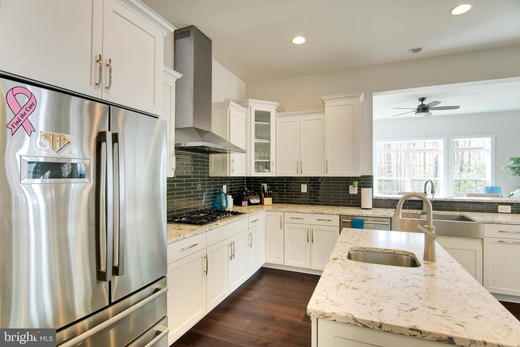 Kitchen has bottom freezer Bosch refrigerator - 21 GLENVIEW CT, STAFFORD