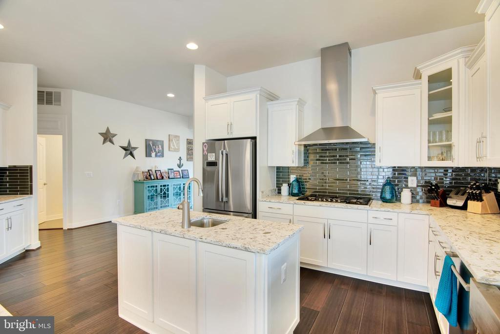 Displays a gas stove top with a Zephyr stove hood - 21 GLENVIEW CT, STAFFORD