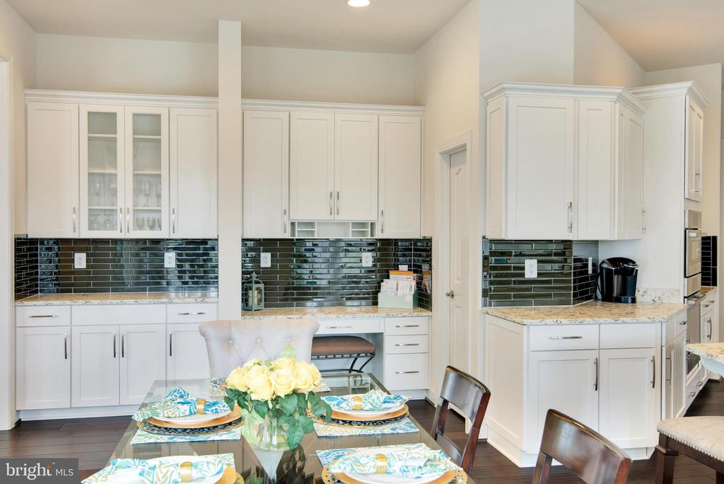 Kitchen has workstation desk and a butlers pantry - 21 GLENVIEW CT, STAFFORD