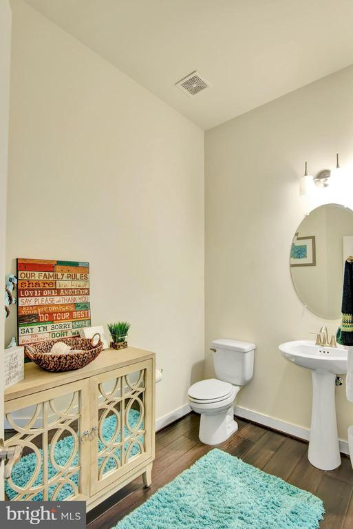 Main level spacious half bath - 21 GLENVIEW CT, STAFFORD