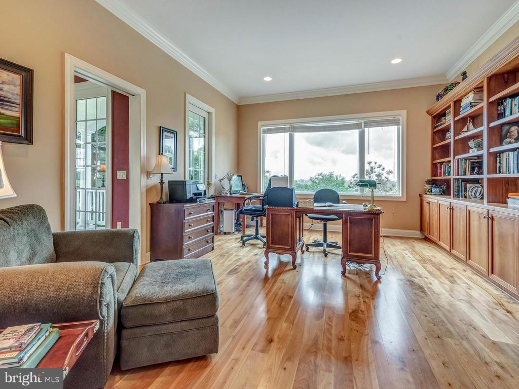 Magnificent office with built in shelving. - 7803 PICNIC WOODS RD, MIDDLETOWN