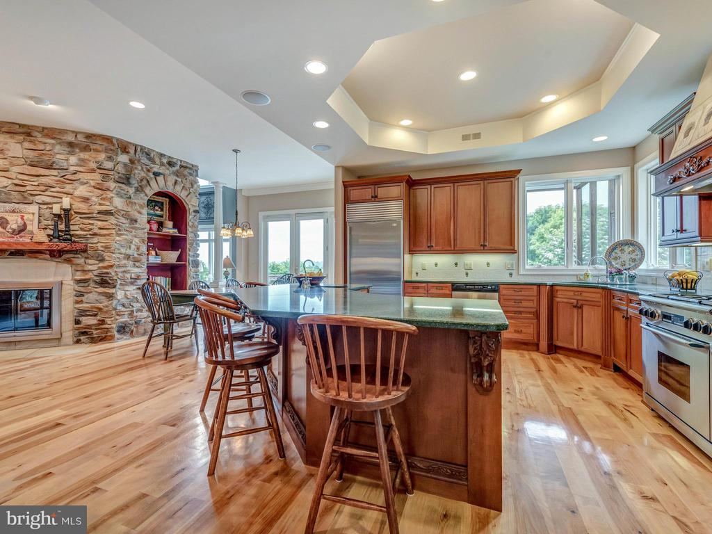 Light and bright kitchen with plenty of storage. - 7803 PICNIC WOODS RD, MIDDLETOWN