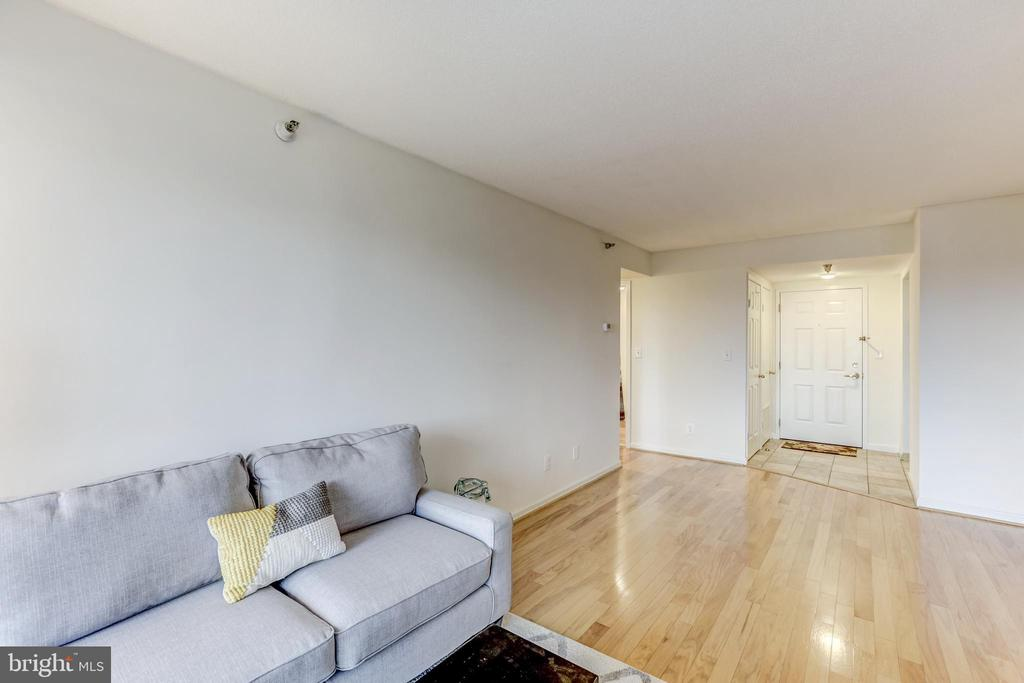Gorgeous oak hardwood floors throughout! - 2400 CLARENDON BLVD #803, ARLINGTON