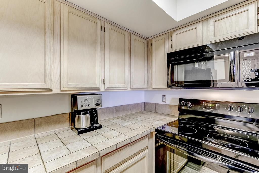 New microwave (2019) and newer stove (2019) - 2400 CLARENDON BLVD #803, ARLINGTON