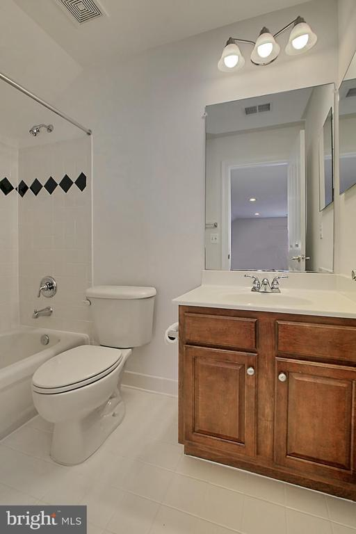 Full Bath for Upper Level II Bedroom Loft - 7874 PROMONTORY CT, DUNN LORING