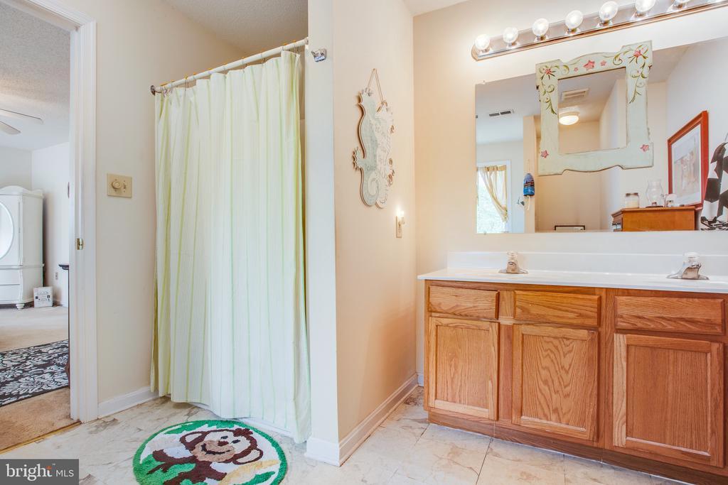 Master ensuite bath w/ standup shower - 15001 DOVEY RD, SPOTSYLVANIA