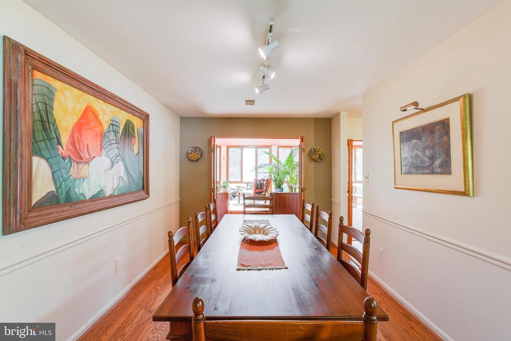 Dining room large enough to seat 10 comfortably - 11340 RAMBLING RD, GAITHERSBURG