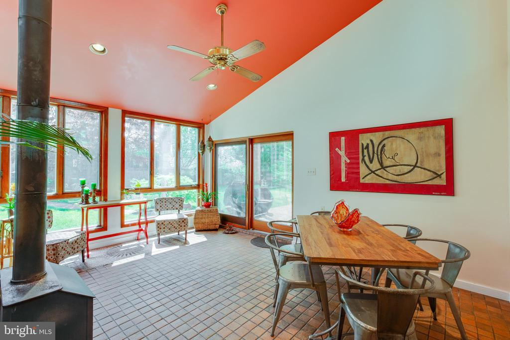 Large addition gives you space to spread out - 11340 RAMBLING RD, GAITHERSBURG