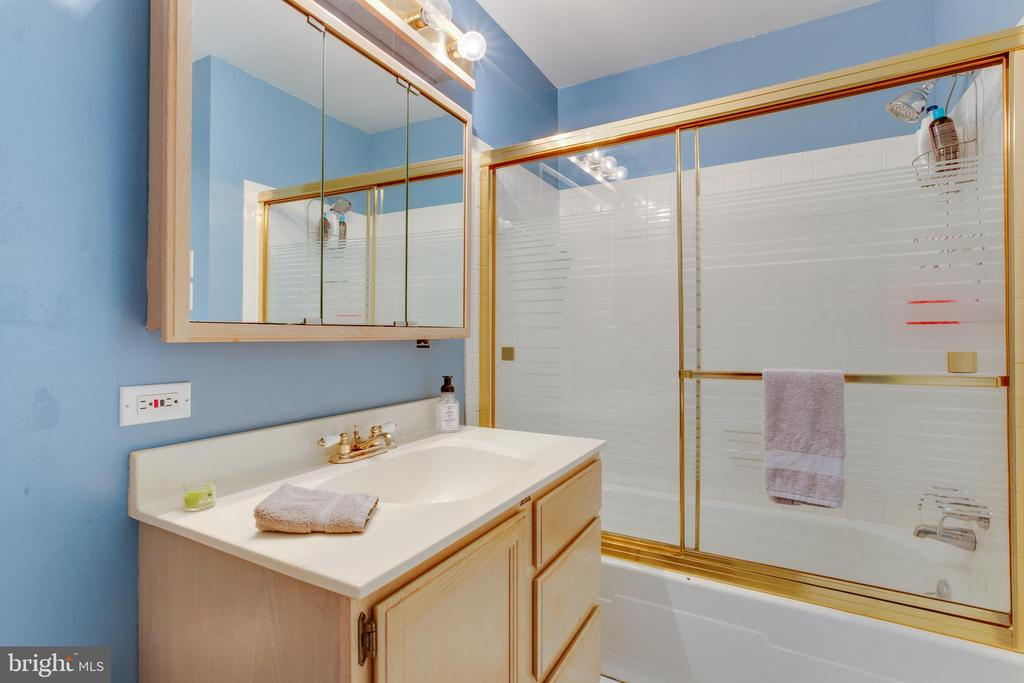 Full Bath in Upper Level Hallway - 11340 RAMBLING RD, GAITHERSBURG