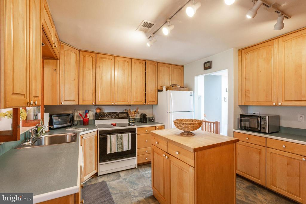 Kitchen with island and plenty of storage - 11340 RAMBLING RD, GAITHERSBURG