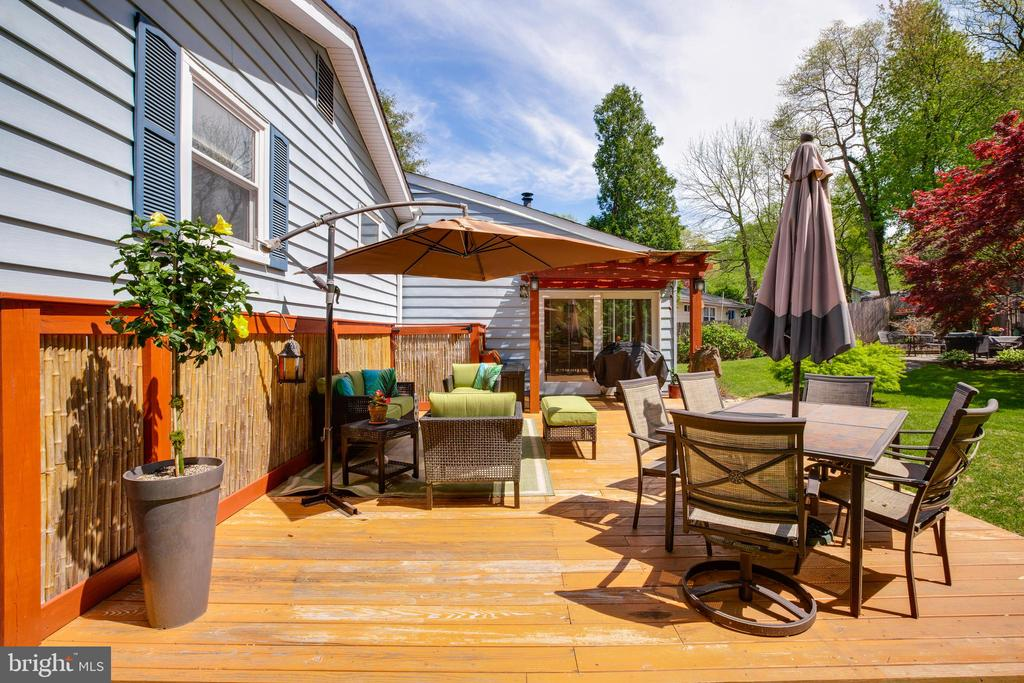BBQ, relax, entertain - you can do it all - 11340 RAMBLING RD, GAITHERSBURG