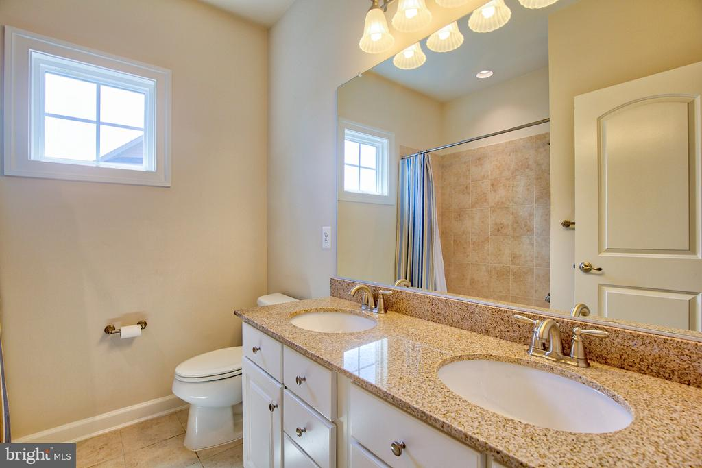 Secondary bathroom - 41656 REVIVAL DR, ASHBURN