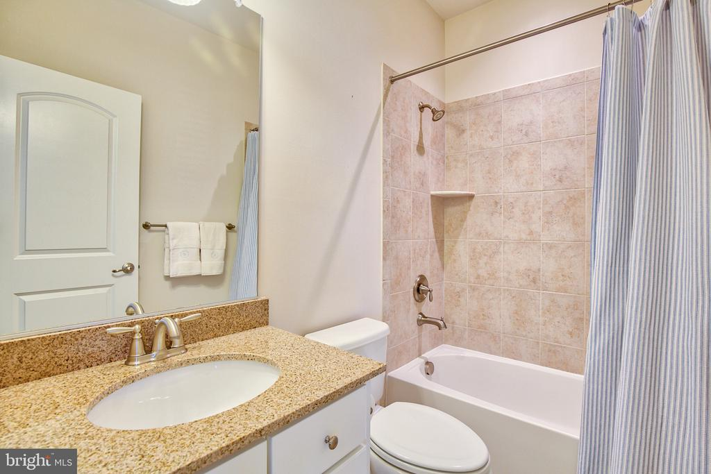 En-suite bath in bedroom 3 - 41656 REVIVAL DR, ASHBURN