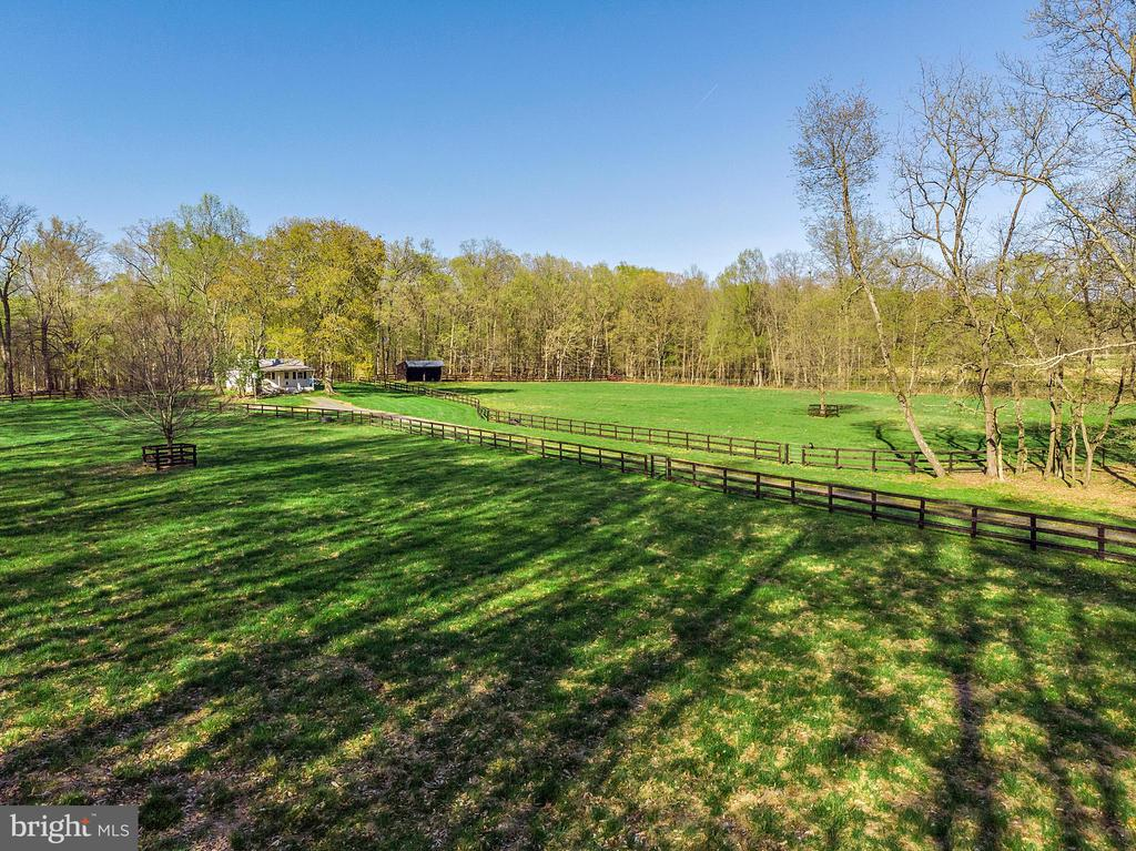 3BR tenant house with 2 lush pastures - 43470 EVANS POND RD, LEESBURG