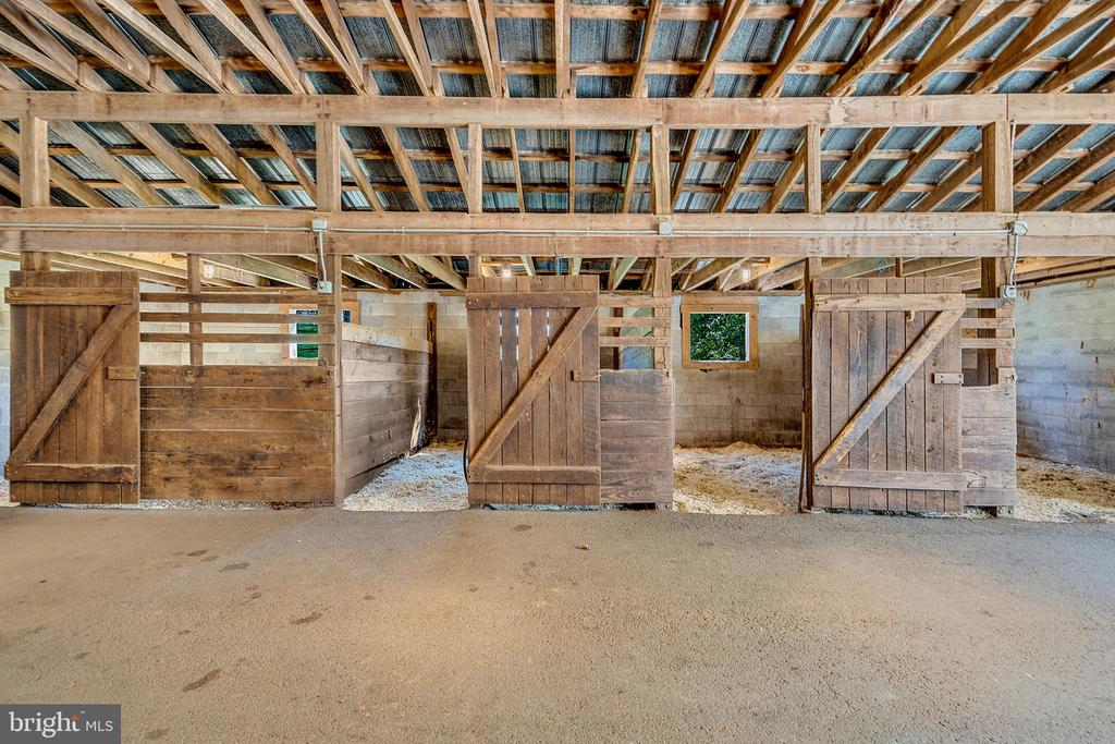 Spacious stalls with two grooming stalls - 43470 EVANS POND RD, LEESBURG