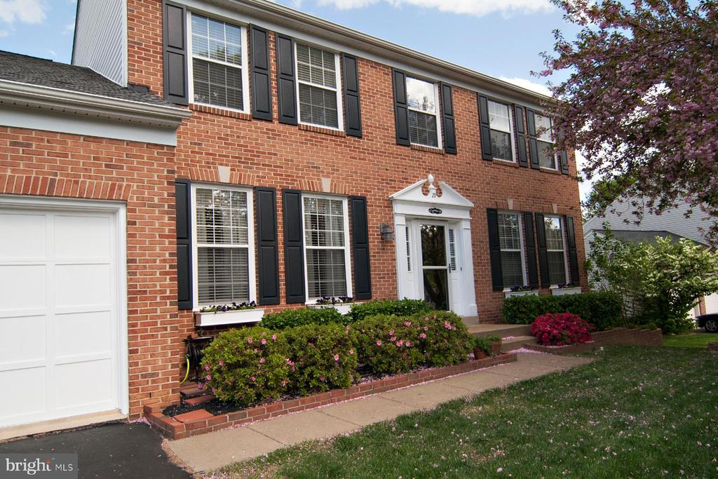 Stunning landscaping and custom flower boxes - 29 BLOSSOM WOOD CT, STAFFORD