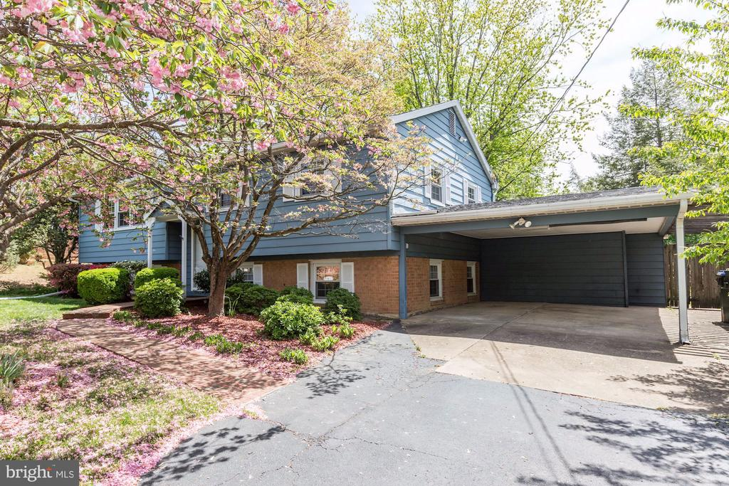 An outstanding 4 bedroom home with carport. - 9505 FARMVIEW CT, FAIRFAX