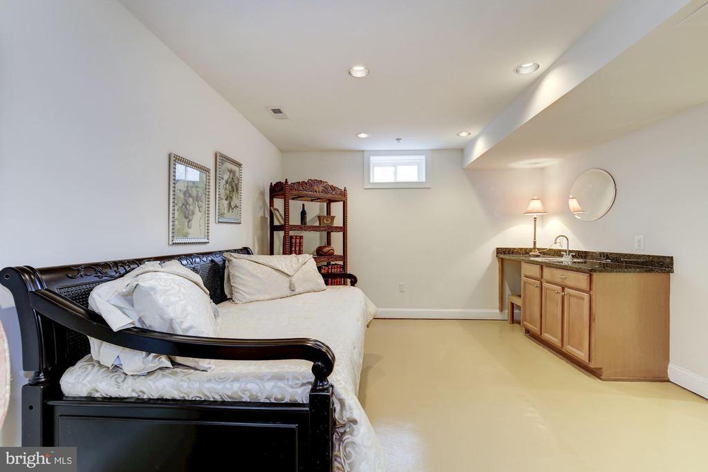 Family room with wet/dry bar - 7318 EDMONSTON RD, COLLEGE PARK