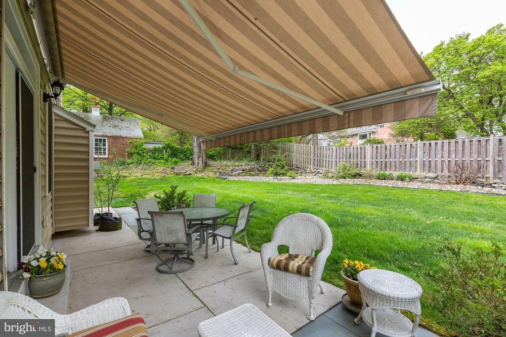 Patio with retractable awning - 7318 EDMONSTON RD, COLLEGE PARK