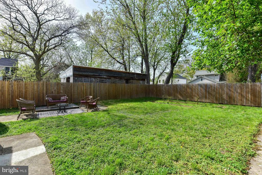 Large flat yard, on double lot, room for expansion - 210 LAVERNE AVE, ALEXANDRIA