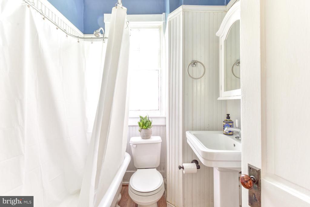 First upper-level full bath w/clawfoot tub - 210 LAVERNE AVE, ALEXANDRIA