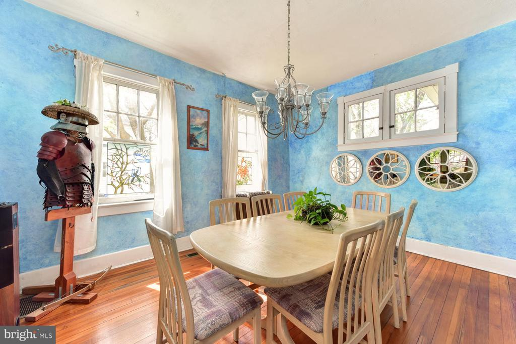 Separate dining room with swinging door to kitchen - 210 LAVERNE AVE, ALEXANDRIA