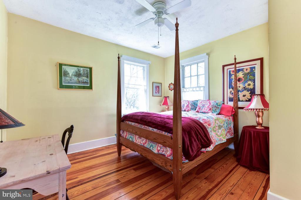 First upper-level bedroom #3 - 210 LAVERNE AVE, ALEXANDRIA