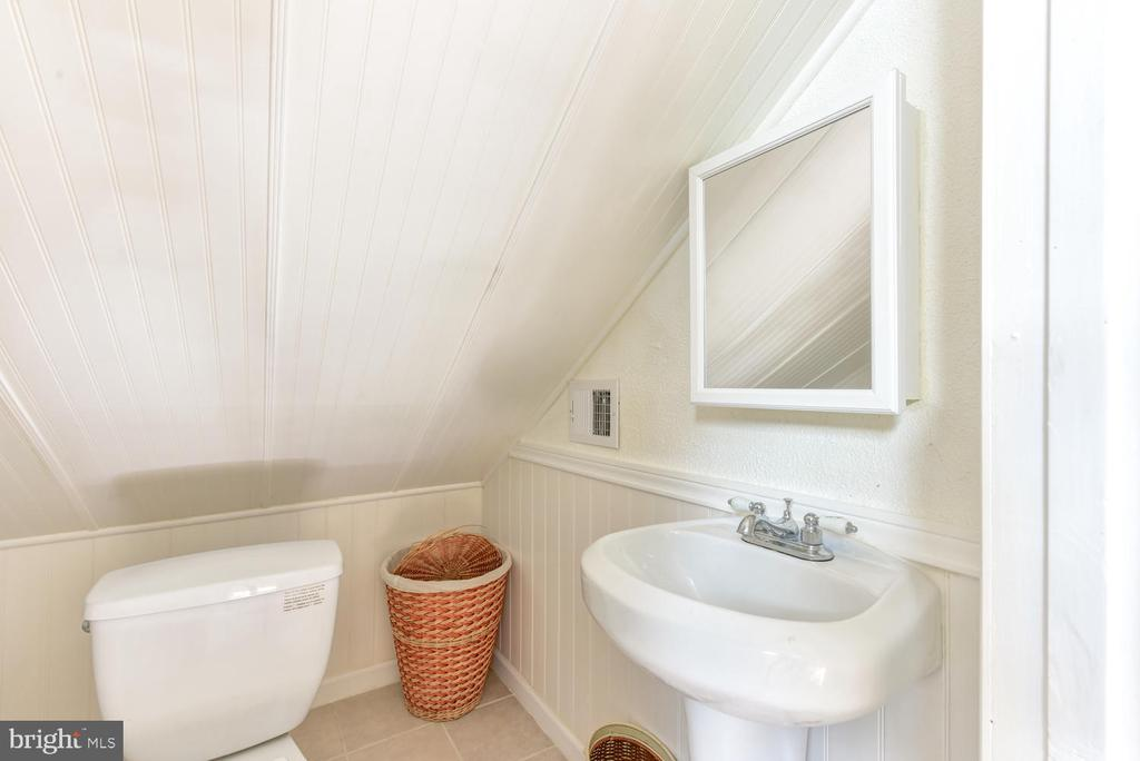 Top level fully finished attic with bathroom - 210 LAVERNE AVE, ALEXANDRIA