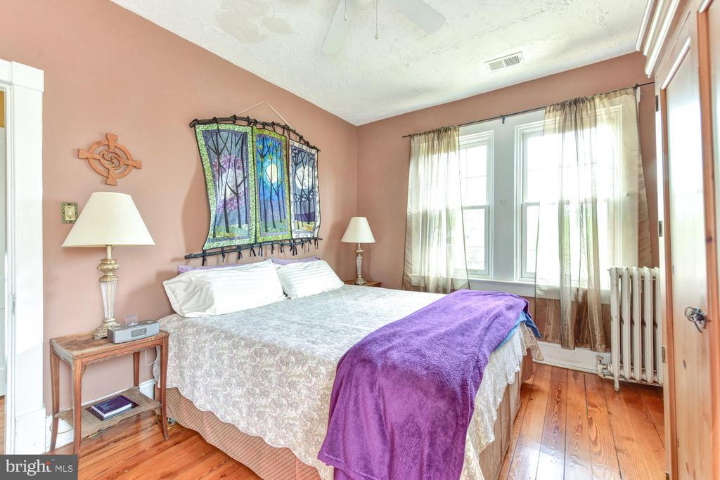 Master bedroom on first upper-level - 210 LAVERNE AVE, ALEXANDRIA