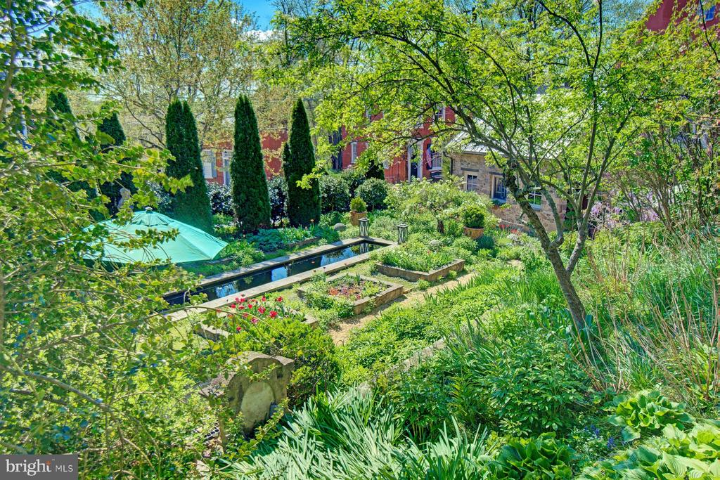 Garden view of reflecting pool - 40174 MAIN ST, WATERFORD