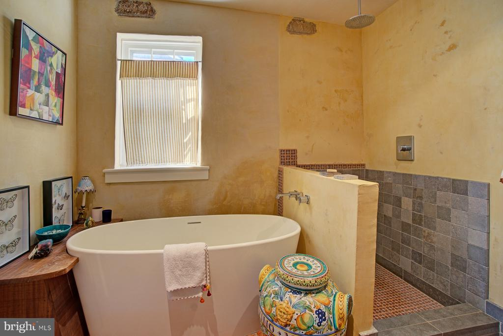Second floor luxurious bath with soaking tub - 40174 MAIN ST, WATERFORD