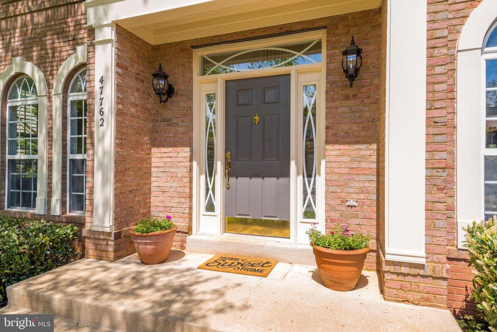 Covered entryway keeps you and those you love dry - 47762 BRAWNER PL, STERLING