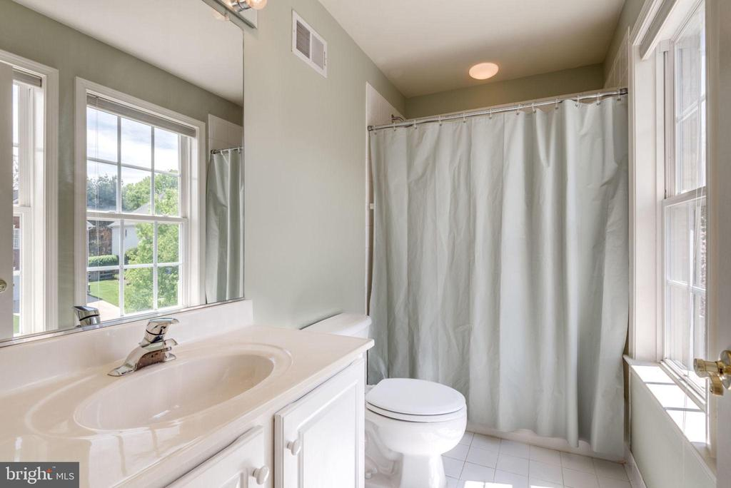 Private bath for bedroom 4 - 47762 BRAWNER PL, STERLING