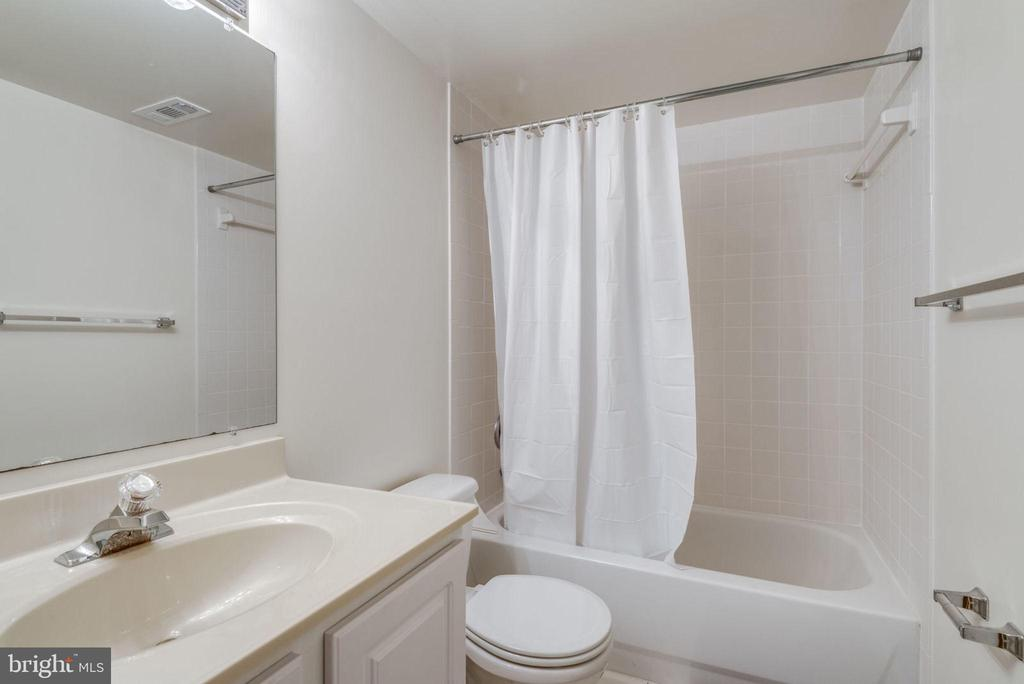 Lower level full bath - 47762 BRAWNER PL, STERLING