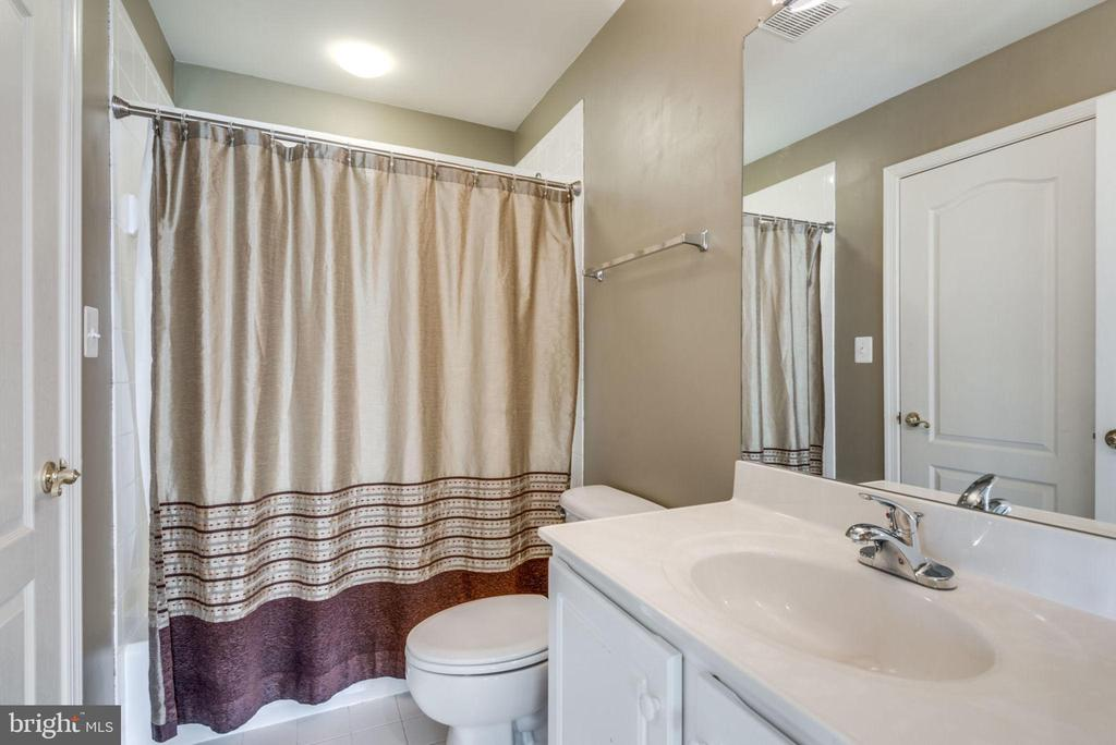 Hall bath for family and guests - 47762 BRAWNER PL, STERLING