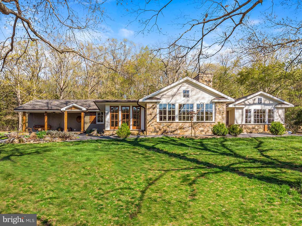 Idyllic home with winery/brewery/venue potential - 43470 EVANS POND RD, LEESBURG