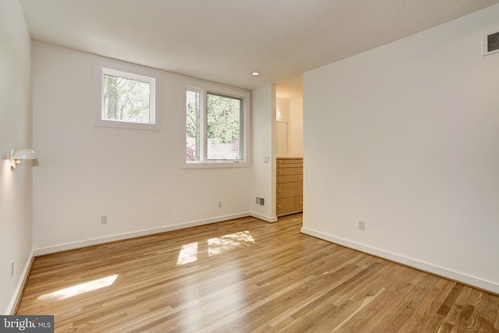 Main level guest suite with full bath - 4101 LINNEAN AVE NW, WASHINGTON