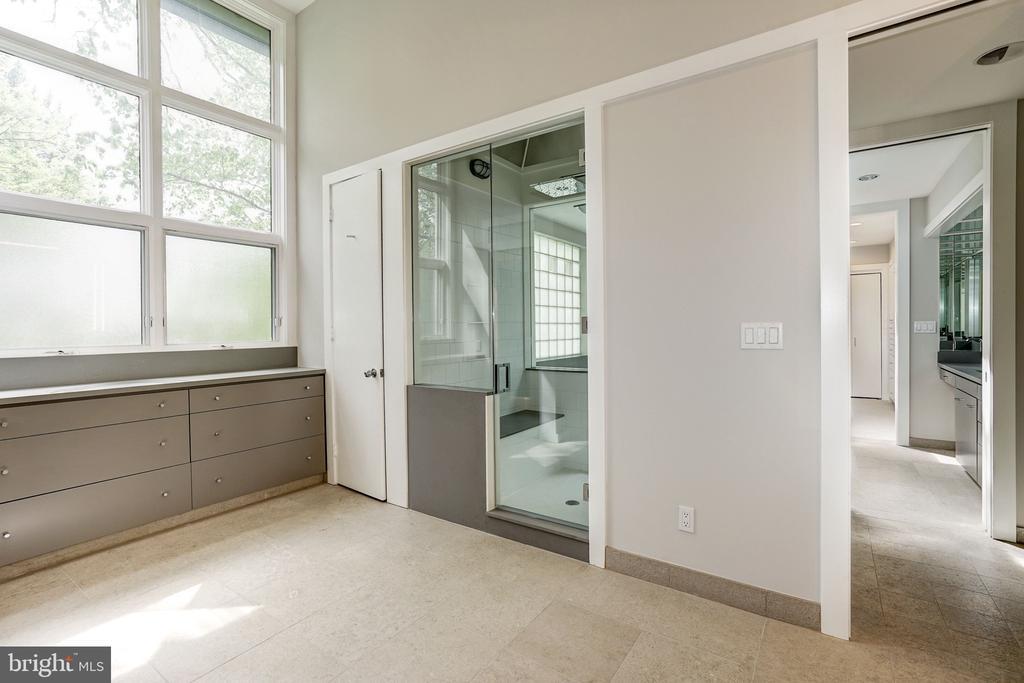 Master bath/dressing room 1 - 4101 LINNEAN AVE NW, WASHINGTON