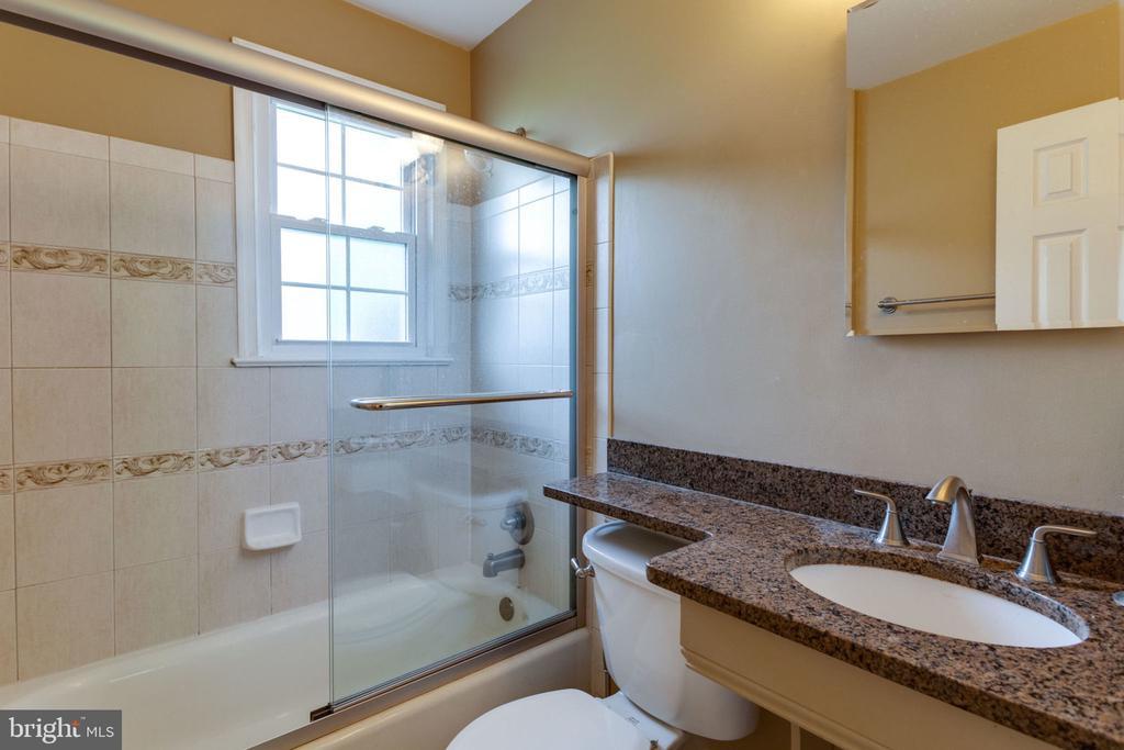 upper level guest bathroom - 5523 BOUFFANT BLVD, ALEXANDRIA