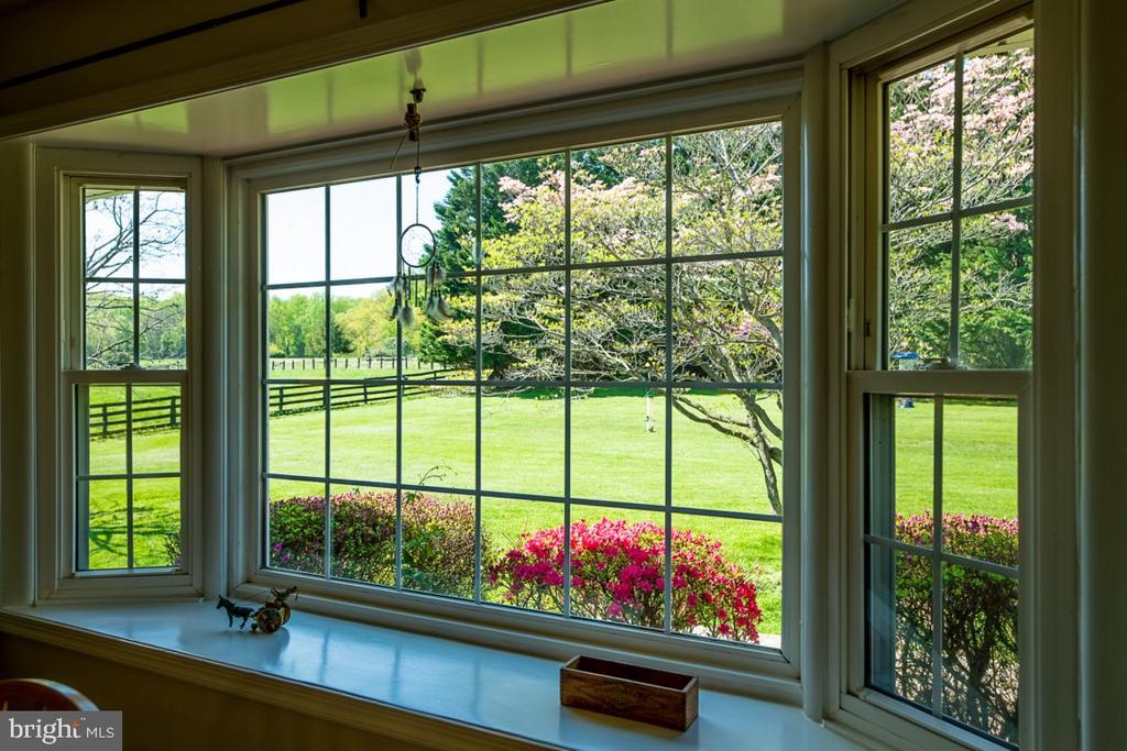 Bay window in bright breakfast room - 42031 BRIGHTWOOD LN, LEESBURG