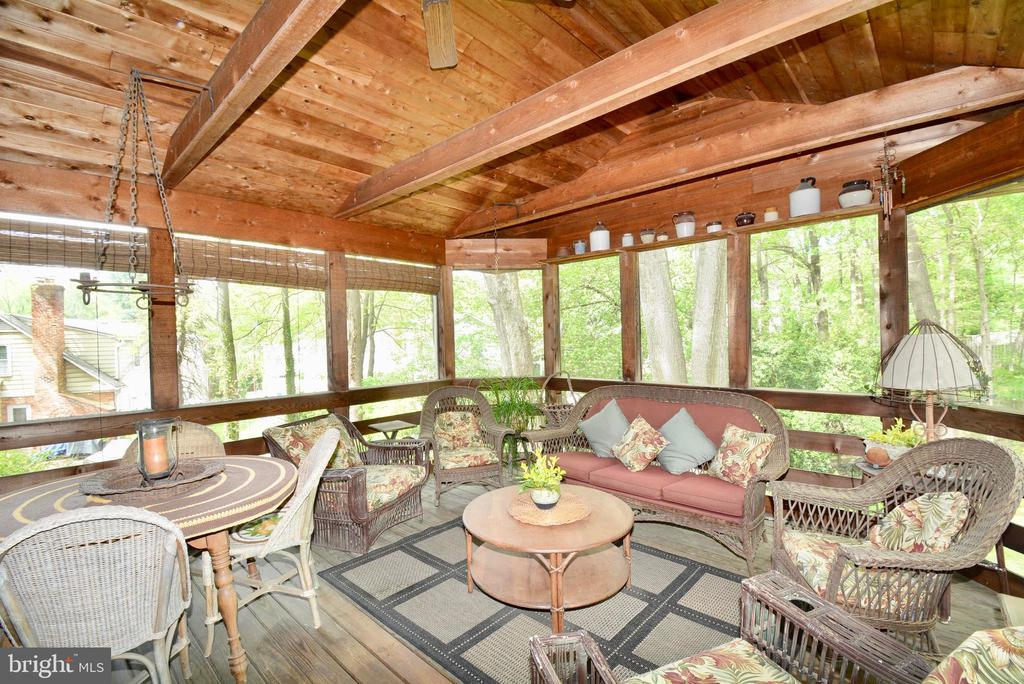 Beat the heat while still enjoying the outdoors - 3634 CAMELOT DR, ANNANDALE