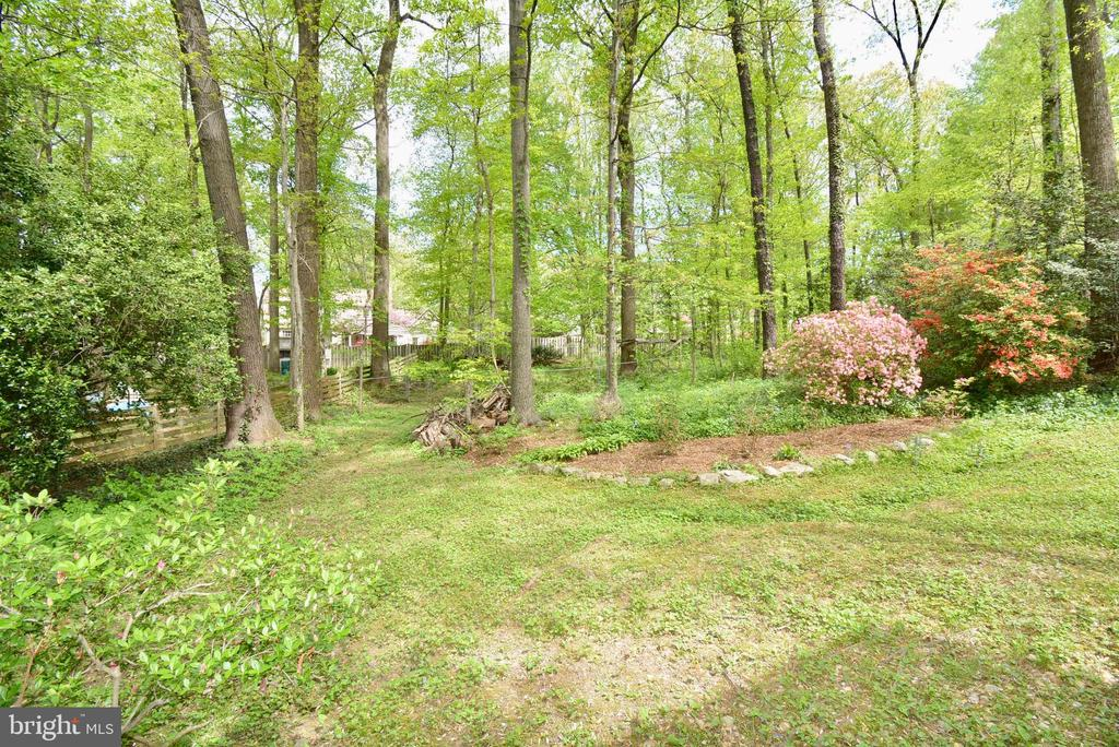 Private yard for your enjoyment - 3634 CAMELOT DR, ANNANDALE