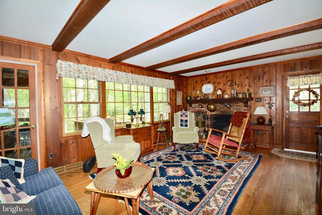 Spacious family room with large windows - 3634 CAMELOT DR, ANNANDALE