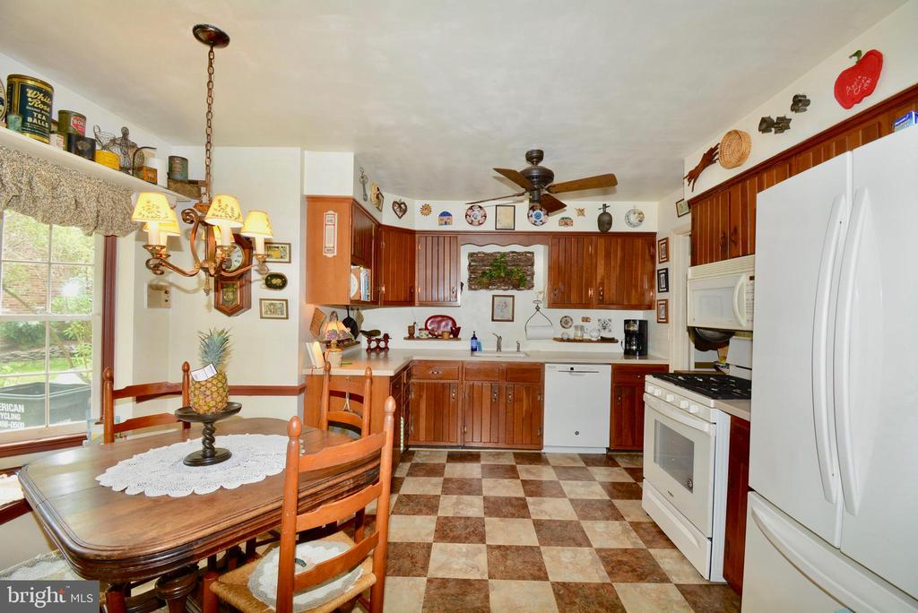 Well appointed kitchen - 3634 CAMELOT DR, ANNANDALE