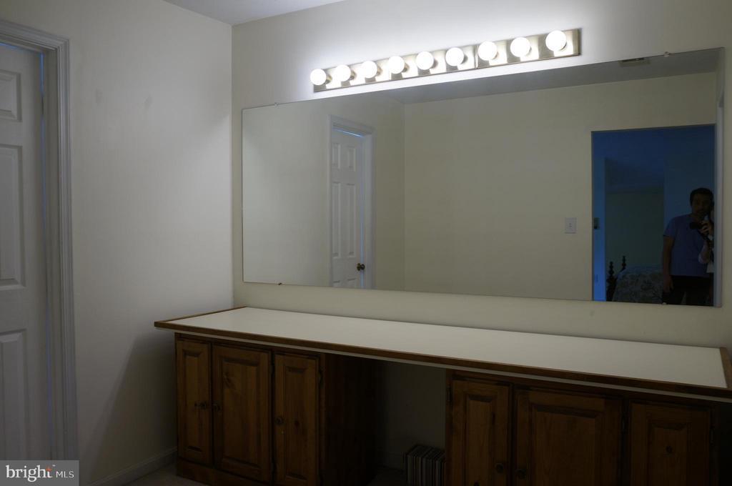 Dressing Room in Master Bedroom - 1406 WASHINGTON DR, STAFFORD